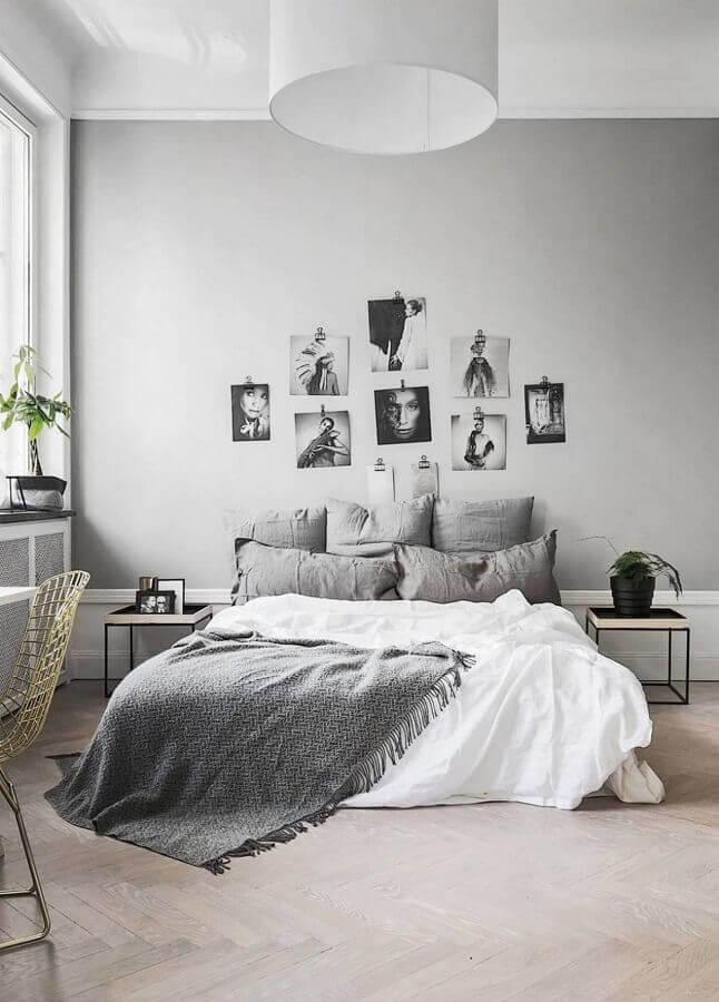 decoração de quarto minimalista com foto preto e branco na cabeceira da cama Foto Decorholic