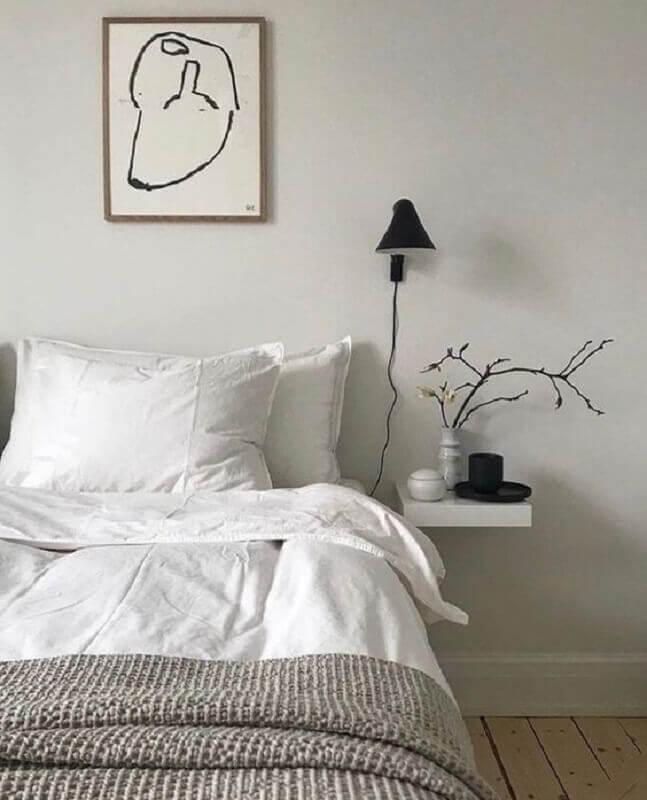 decoração de quarto minimalista com prateleira ao lado da cama e luminária de parede Foto Etsy