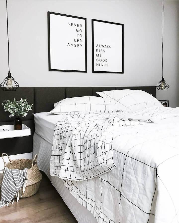 decoração de quarto preto e branco com luminária pendente aramada e cabeceira planejada Foto Casa 156