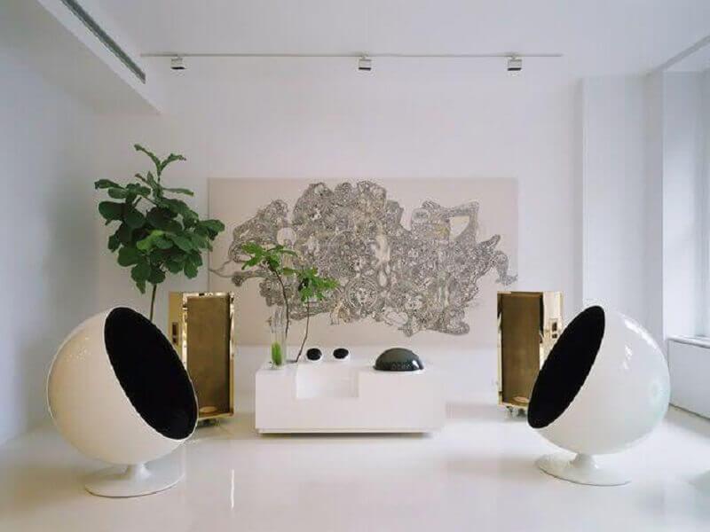decoração de sala branca com poltronas modernas e confortáveis redondas Foto Homify
