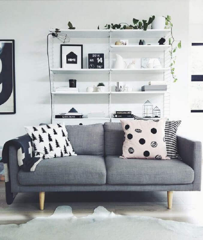 decoração de sala branca com sofá 2 lugares pequeno cinza retrô Foto Pinterest