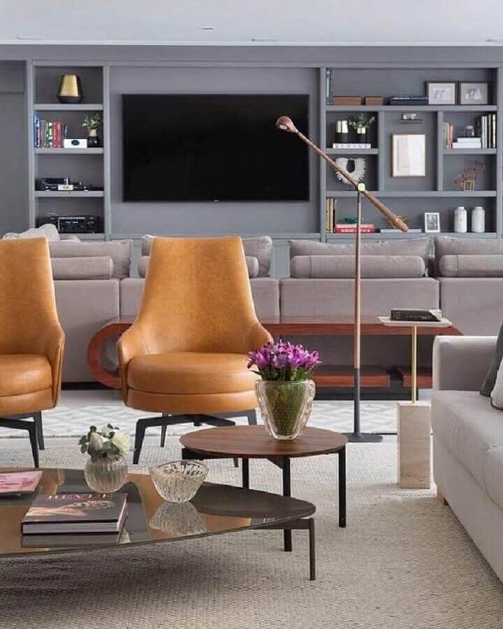 decoração de sala cinza ampla com poltronas modernas de couro marrom Foto eh!DÉCOR