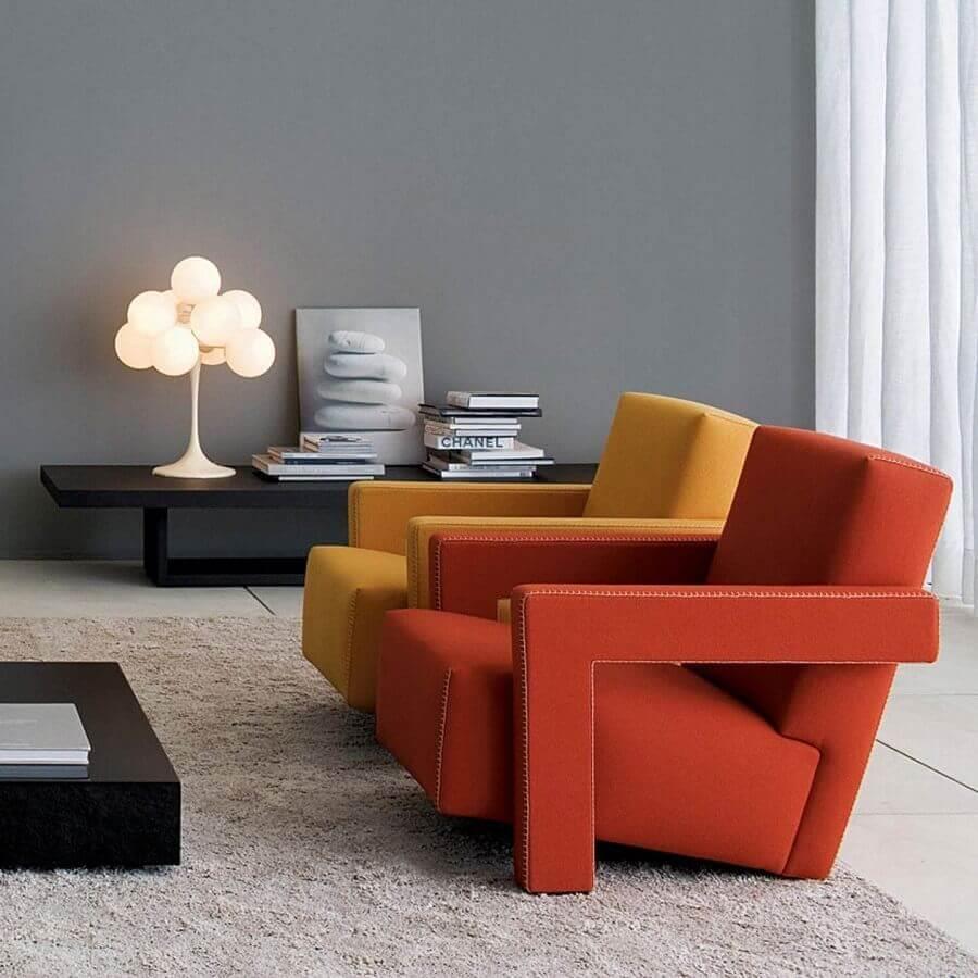decoração de sala cinza com poltronas modernas e confortáveis coloridas Foto Montacasa