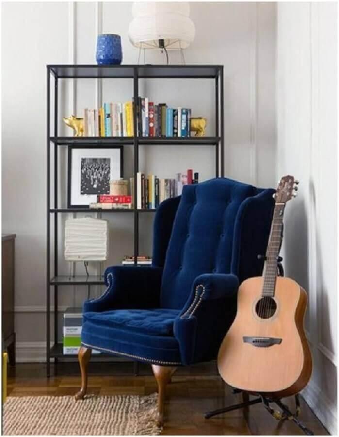 decoração de sala com estante industrial e poltrona azul escuro clássica Foto Jeito de Casa