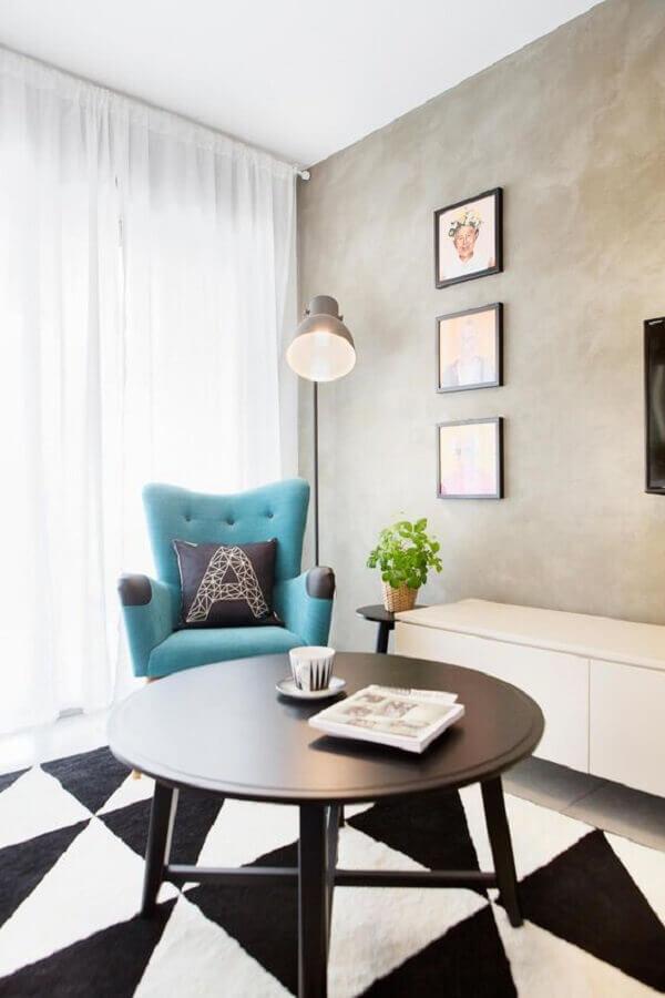 decoração de sala com poltrona azul e parede de cimento queimado Foto Decostore - Casa & Decoração