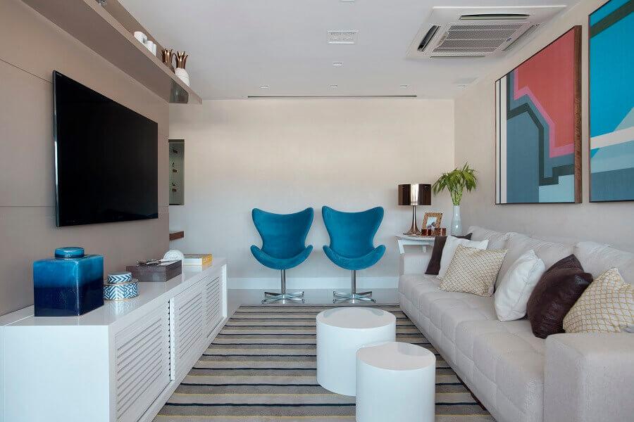 decoração de sala com poltrona azul e quadro colorido geométrico  Foto Mariana Martini