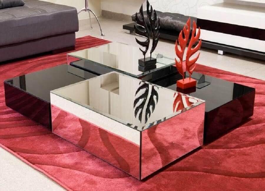 decoração de sala com tapete vermelho e mesa de centro preta espelhada Foto Pinterest