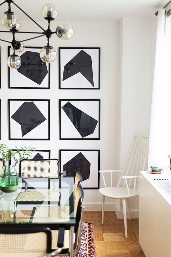 decoração de sala de jantar preto e branco com mesa de vidro e quadros abstratos Foto Behance