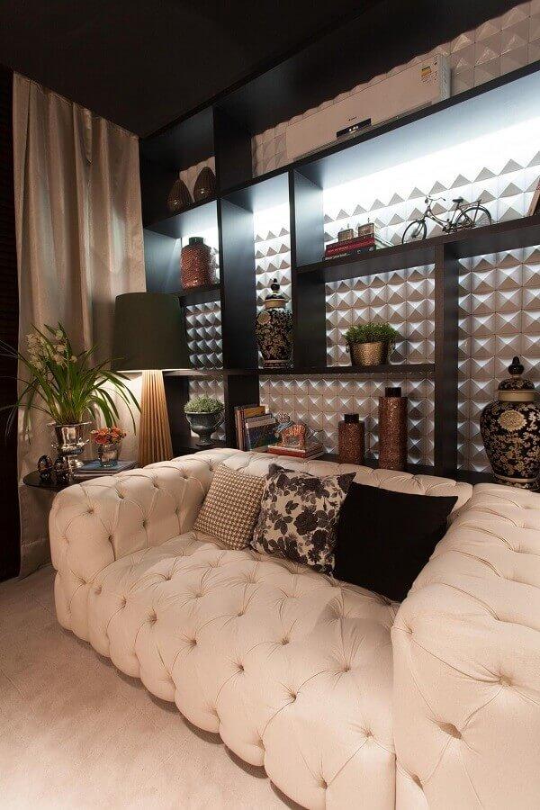 decoração de sala moderna com sofá pequeno capitonê branco Foto FirePont
