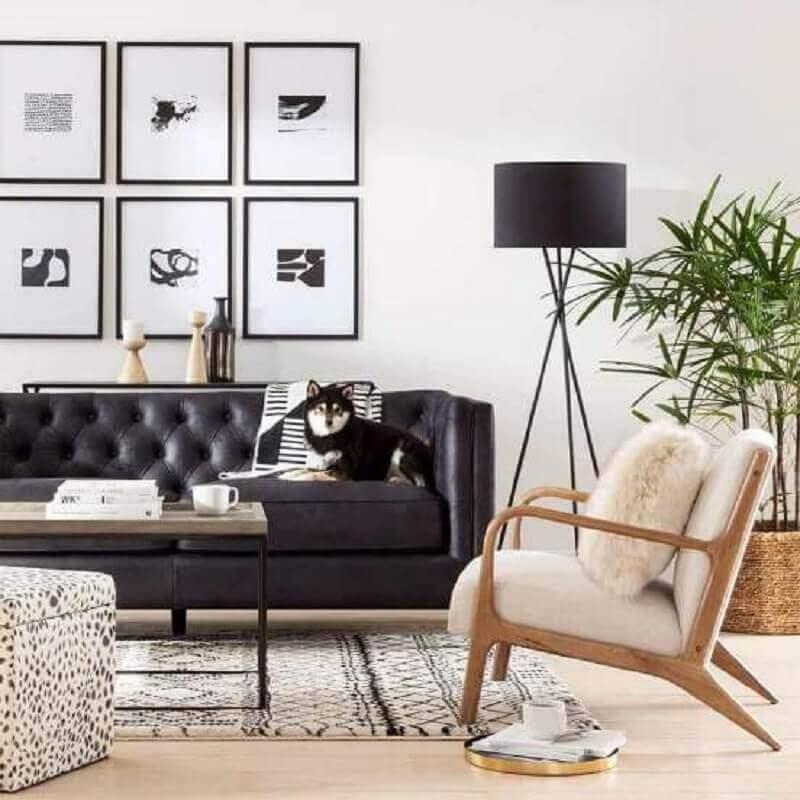 decoração de sala preto e branco com poltrona de madeira e abajur de chão Foto Target