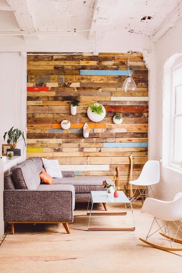 decoração de sala rústica com cadeira de balanço e sofá de canto pequeno Foto Apartment Therapy