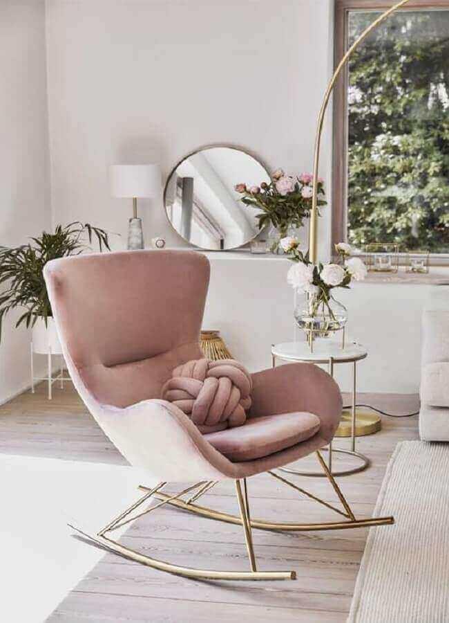 decoração delicada para sala branca com poltrona moderna rosa claro de balanço Foto Westwing