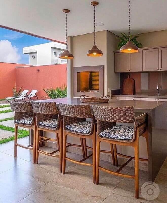 decoração em cores neutras para varanda gourmet com churrasqueira e banqueta rústica  Foto Pinterest