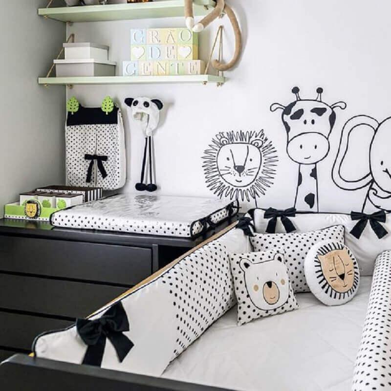 decoração em preto e branco para quarto de bebê com tema animaizinhos Foto Grão de Gente