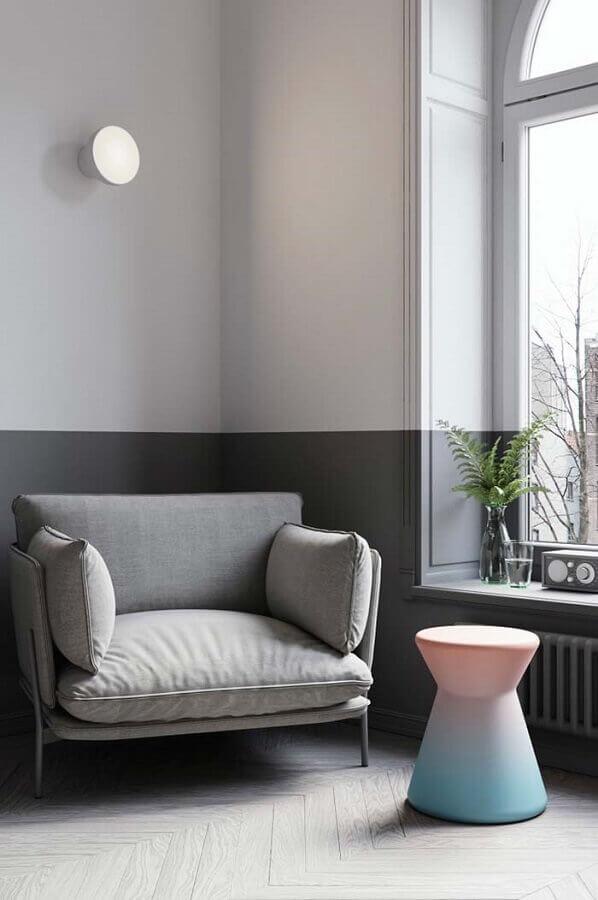 decoração em tons de cinza com poltronas modernas e confortáveis Foto Lolafá