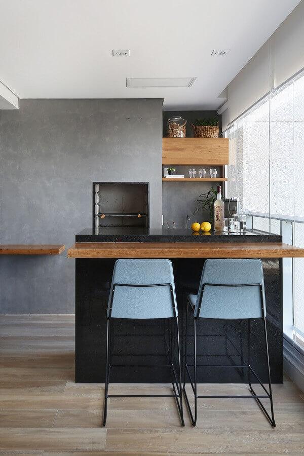 decoração estilo industrial para apartamento com varanda gourmet com churrasqueira Foto Revista Morar Bem