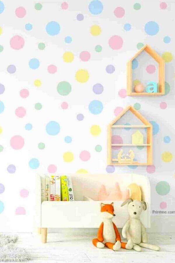 decoração infantil com papel de parede delicado com bolinhas coloridas Foto Pinterest