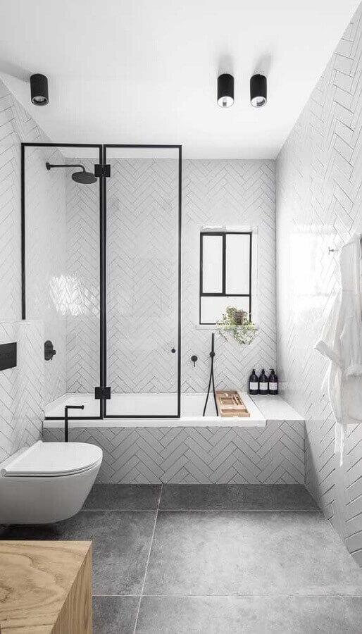 decoração minimalista com luminária de teto para banheiro branco  Foto Casa de Valentina