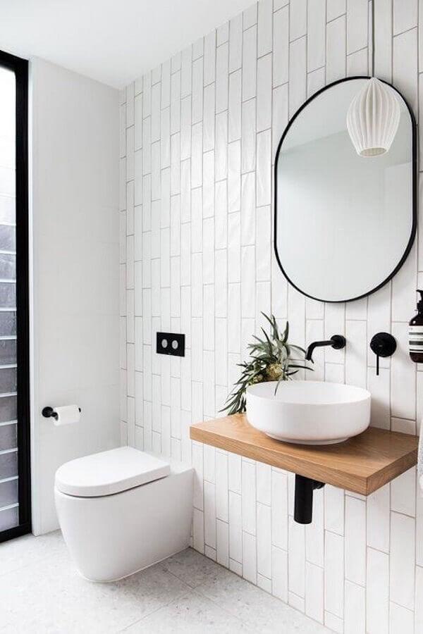 decoração minimalista para banheiro branco com bancada pequena de madeira Foto Pinterest