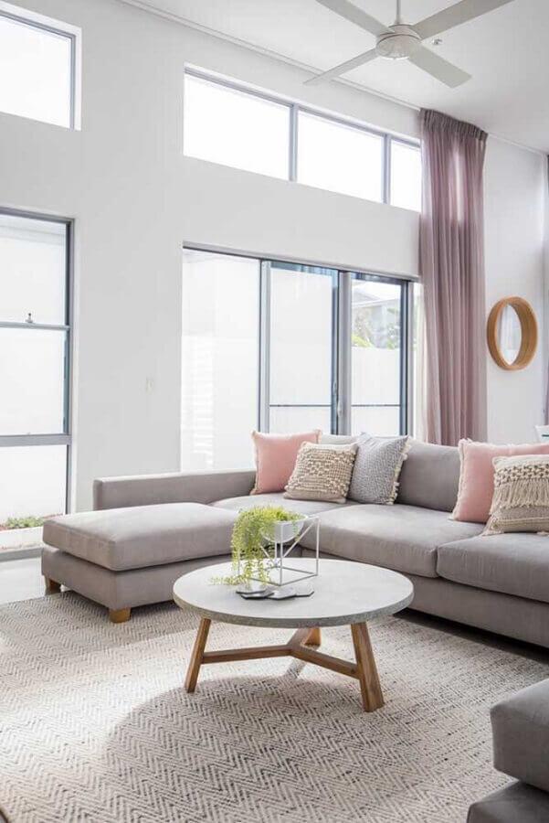 decoração minimalista para sala com tapete bege claro e sofá com chaise cinza Foto JERA Arquitetura e Engenharia