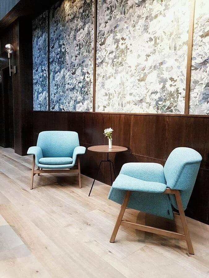 decoração moderna com mesa de apoio redonda e poltrona azul claro  Foto Hotel Trotter