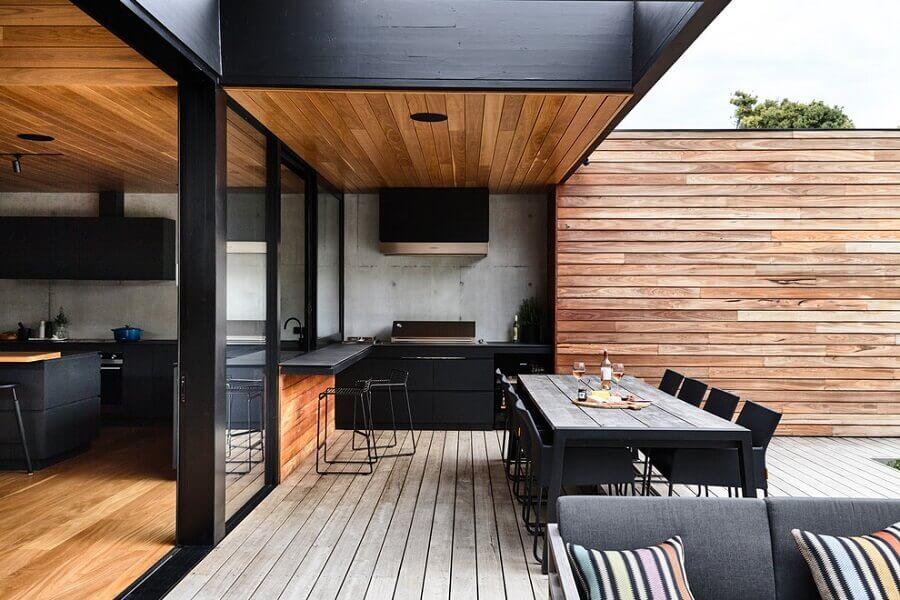 decoração moderna para cozinha externa preta com madeira Foto ArchDaily