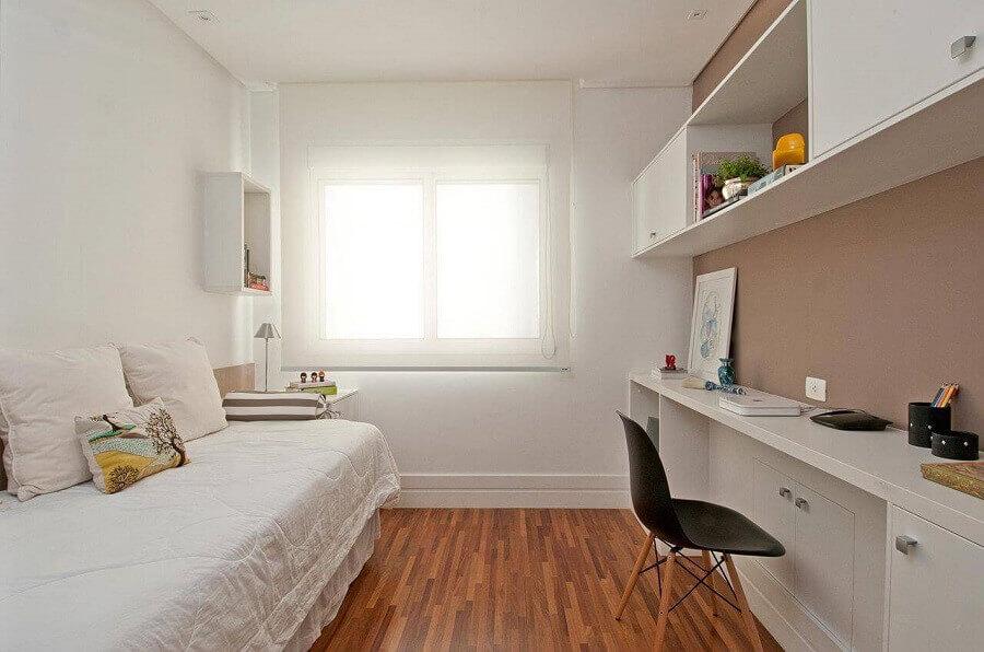 decoração para quarto de solteiro minimalista com móveis de planejados Foto Patricia Kolanian
