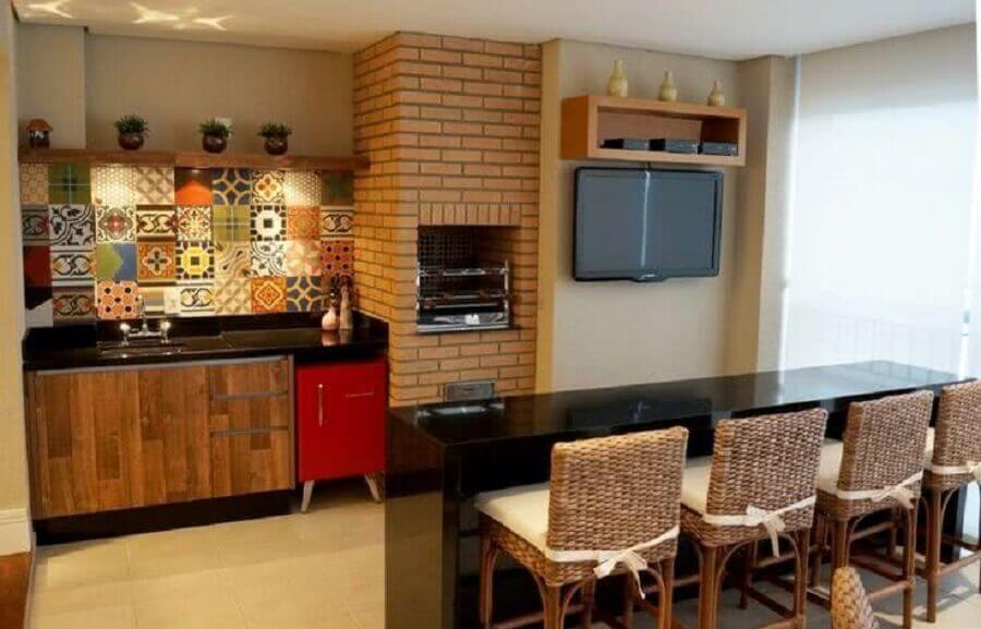 decoração para varanda gourmet com churrasqueira de tijolinho e parede de ladrilho hidráulico  Foto SP Planejados
