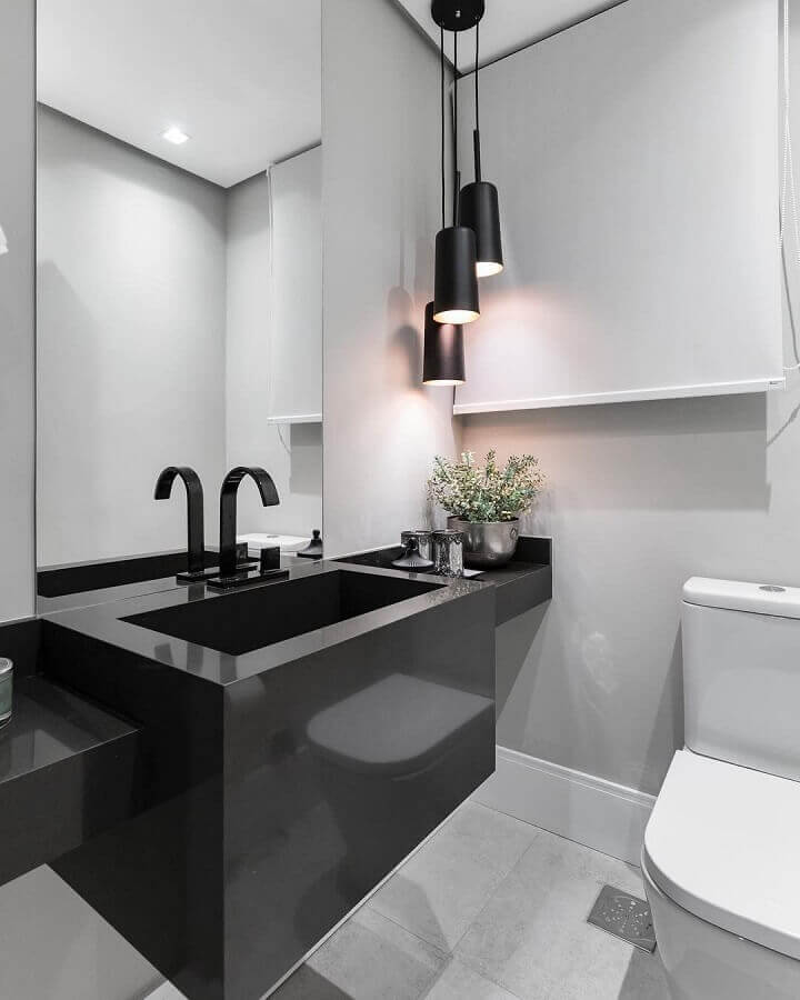 decoração preto e branco com luminária pendente para banheiro Foto Braccini + Lima Arquitetura
