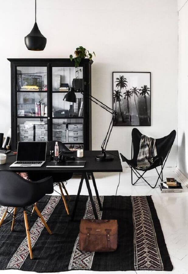decoração preto e branco para home office com cristaleira antiga Foto Jeito de Casa