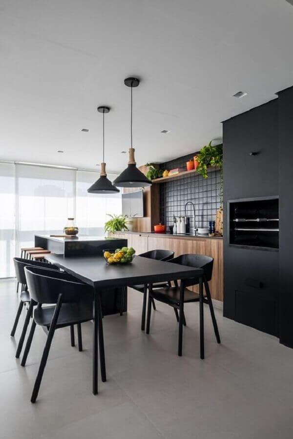 decoração preto e madeira para varanda gourmet com churrasqueira em apartamento moderno  Foto Archzine