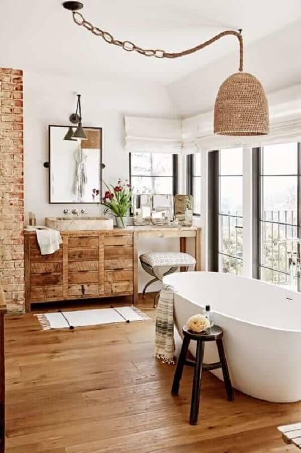 decoração rústica com luminária para banheiro grande com banheira Foto Apartment Therapy