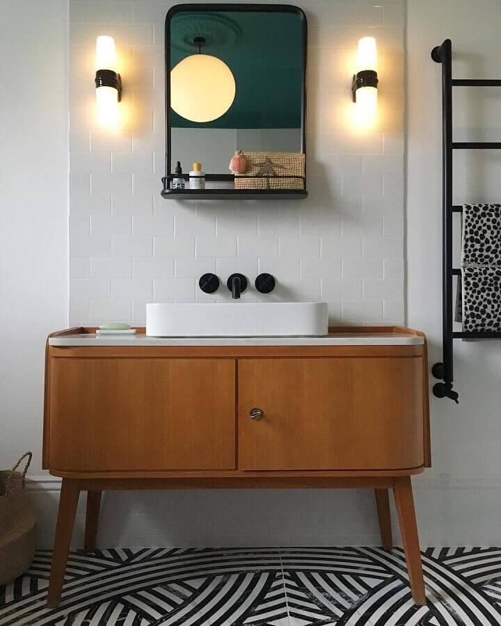 decoração retrô com luminária de parede para banheiro Foto Cecile Bell Interior Design