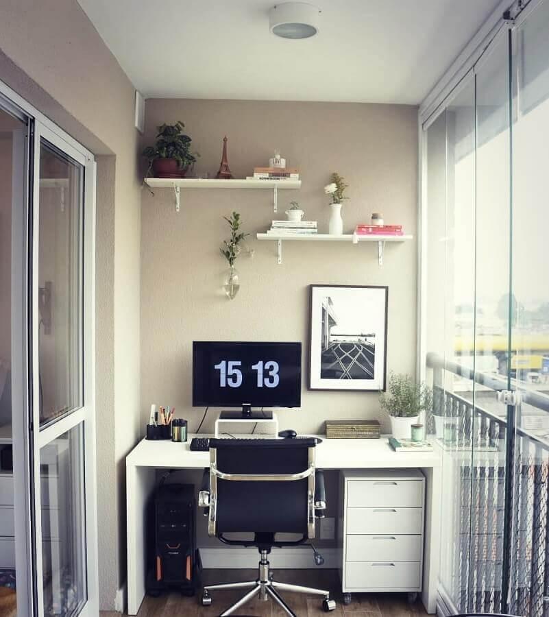 decoração simples com cadeira para home office pequeno na varanda Foto Carreira Fácil