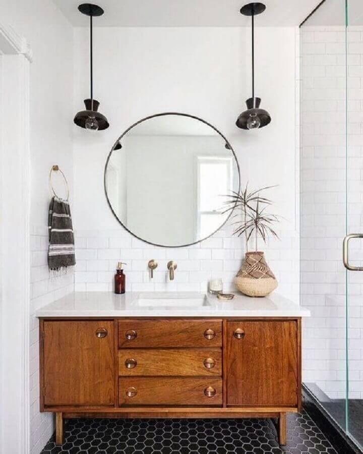decoração simples com luminária para banheiro branco com gabinete de madeira Foto Apartment Therapy