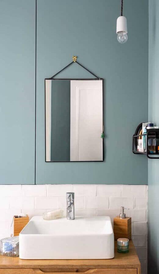 decoração simples com luminária para banheiro com parede azul e bancada de madeira Foto Pinterest