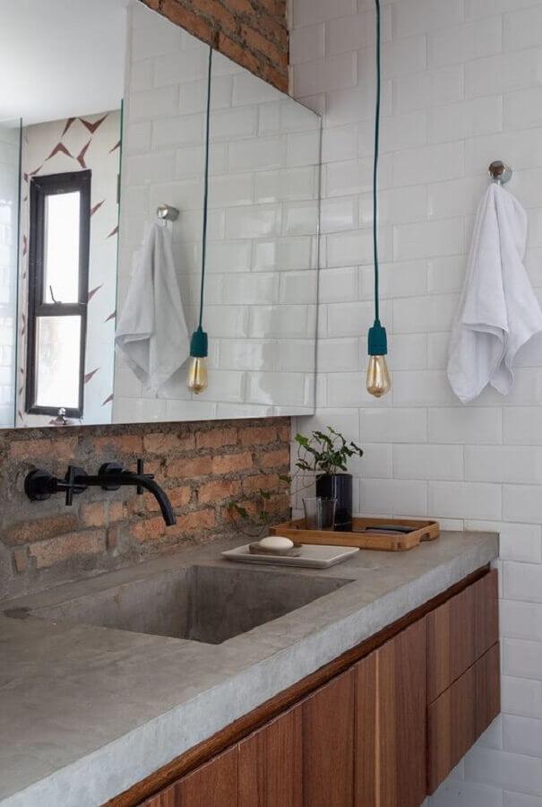 decoração simples com luminária pendente para banheiro com parede tijolinho rústica  Foto CASA100 Arquitetura