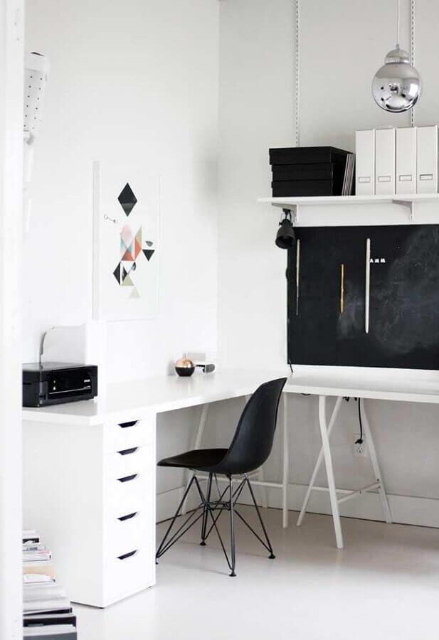 decoração simples com mesa e cadeira para home office branco minimalista  Foto Pinterest