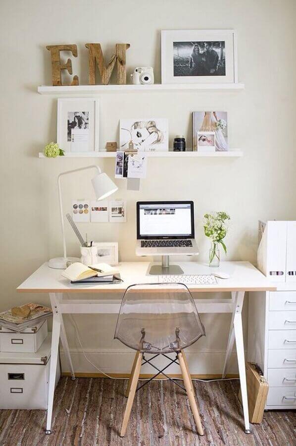decoração simples com mesa e cadeira para home office pequeno  Foto One Architecture
