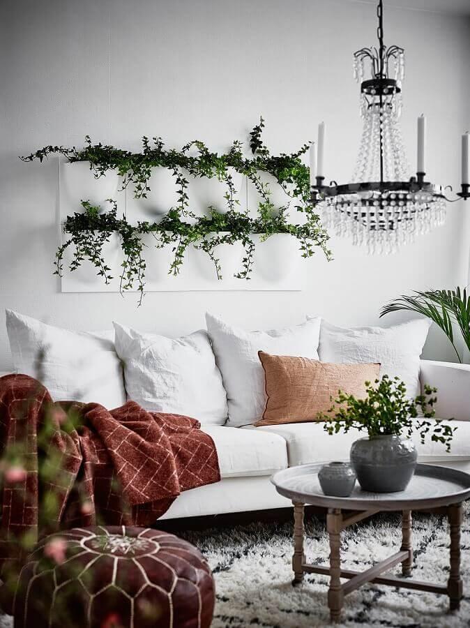 decoração simples com vasos decorativos para sala de estar branca com lustre de cristal Foto Ideias Decor