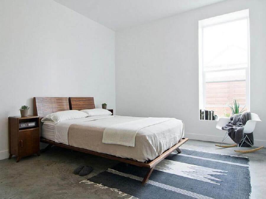 decoração simples para quarto minimalista com cadeira de balanço e cama de madeira Foto Lucy Call