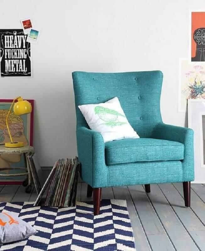 decoração simples para sala com poltrona azul turquesa Foto Pinterest