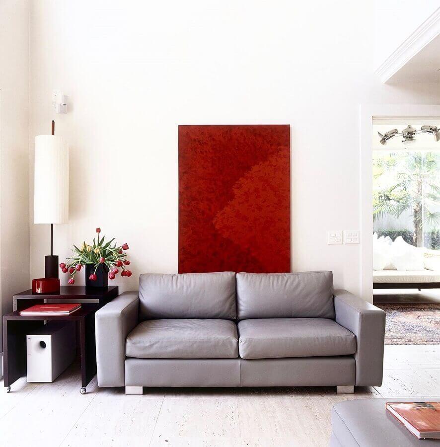decoração simples para sala com quadro vermelho e sofá 2 lugares pequeno cinza Foto Brunete Fraccaroli