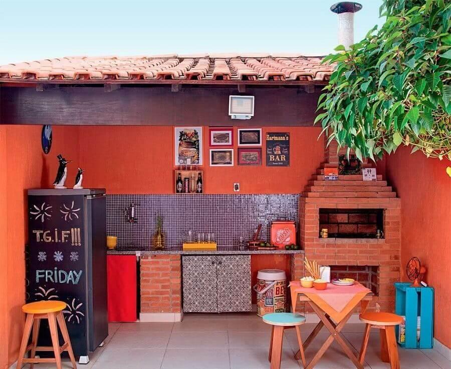 decoração simples para varanda gourmet rústica com churrasqueira de tijolinho Foto Pinterest