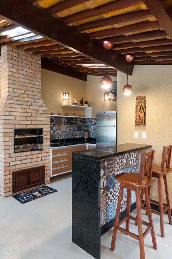decoração simples para varanda gourmet rústica com churrasqueira de tijolo Foto Homify