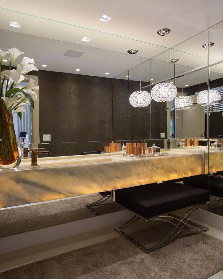 decoração sofisticada com luminária de cristal para banheiro planejado com bancada de mármore  Foto Claudia Pimenta e Patrícia Franco