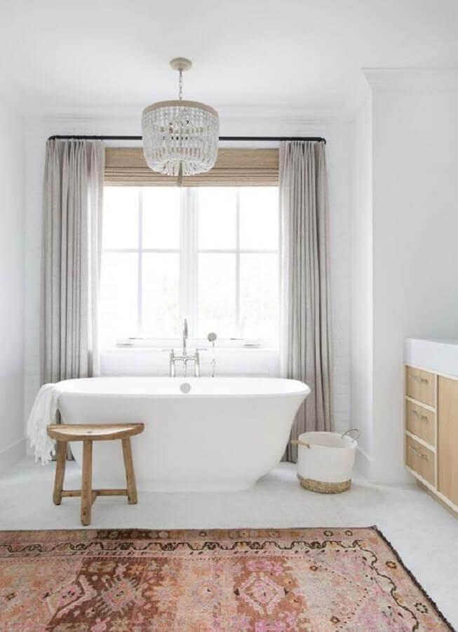 decoração sofisticada com lustre de cristal para banheiro com banheira Foto Apartment Therapy