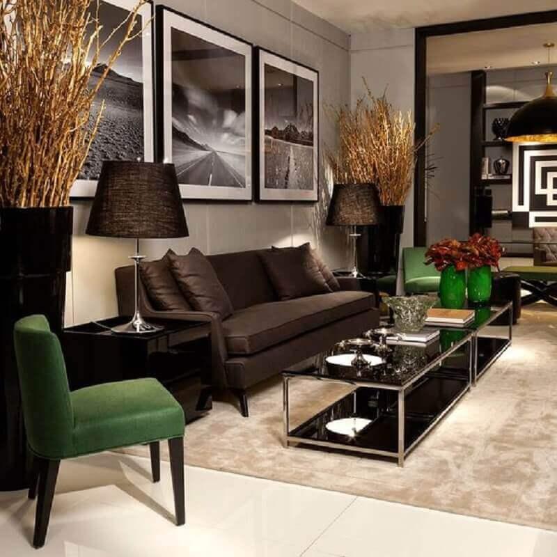 decoração sofisticada para sala com poltronas verdes e mesa de centro preta  Foto Decor Salteado
