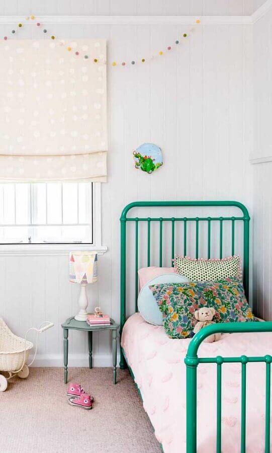 decoração simples com abajur para mesa de cabeceira em quarto de solteiro com cama de ferro verde Foto Pinterest