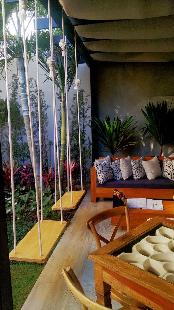 Sofá rústico na varanda
